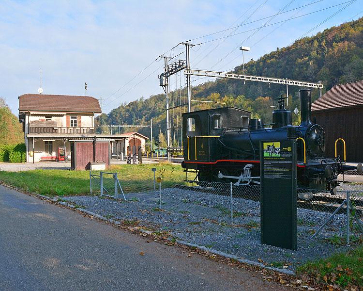 Bahnhofsgebäude und Dampflock Tigerli der Sihltalbahn