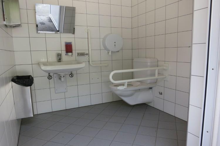 Öffentliche rollstuhlgerechte Toilette Parkplatz vor Nohl