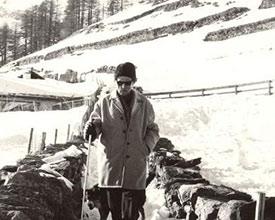 WW_872_Carl_Zuckmayer_Winterwanderweg_872_carl_zuckmayer_mit_seinem_hund_1973.jpg