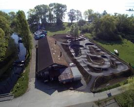 Salmsach_Pumptrack_am_See_Drohne_Pumptrack_fertig_mit_See_5_M.jpg